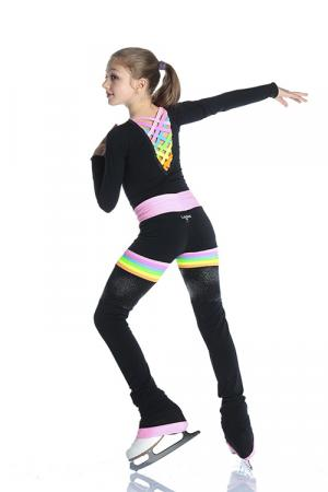 bambina con maglia per pattinaggio con scollo a V e incroci colorati